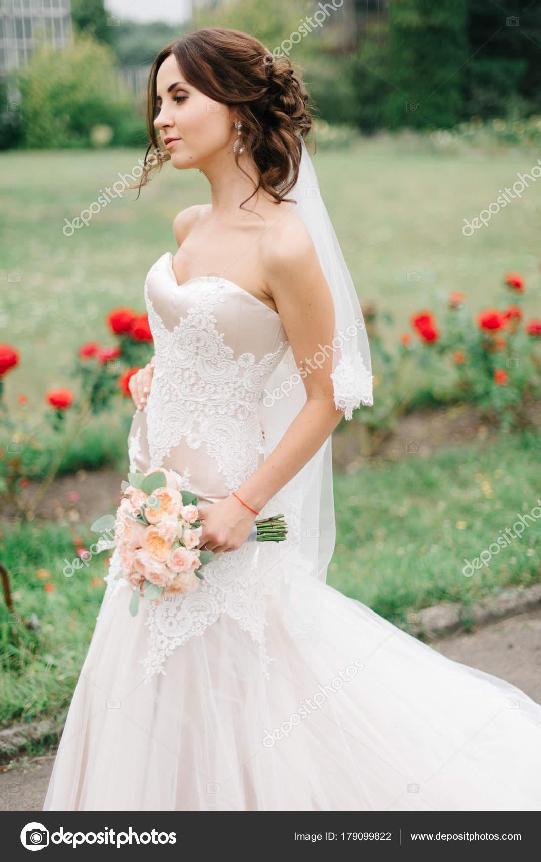 huge selection of 81769 4e3a0 Sposa in abito di pizzo bianco cammina lungo il passaggio ...