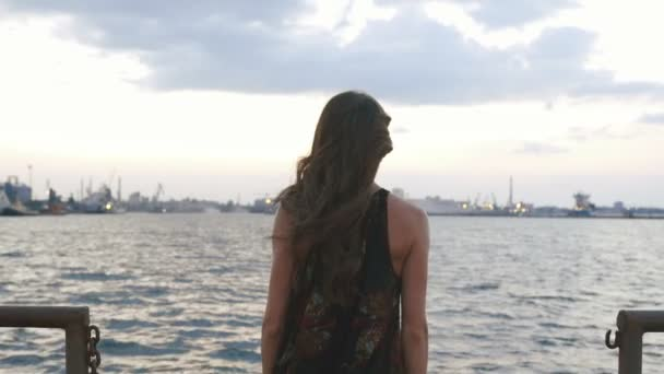 Žena se pomalu zvedl ruce a skoky do moře. Zadní pohled
