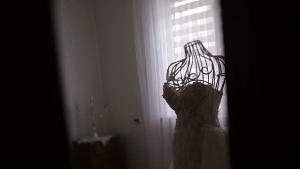 Mit Blick auf die Vintage Schaufensterpuppe mit schönen Hochzeitskleid