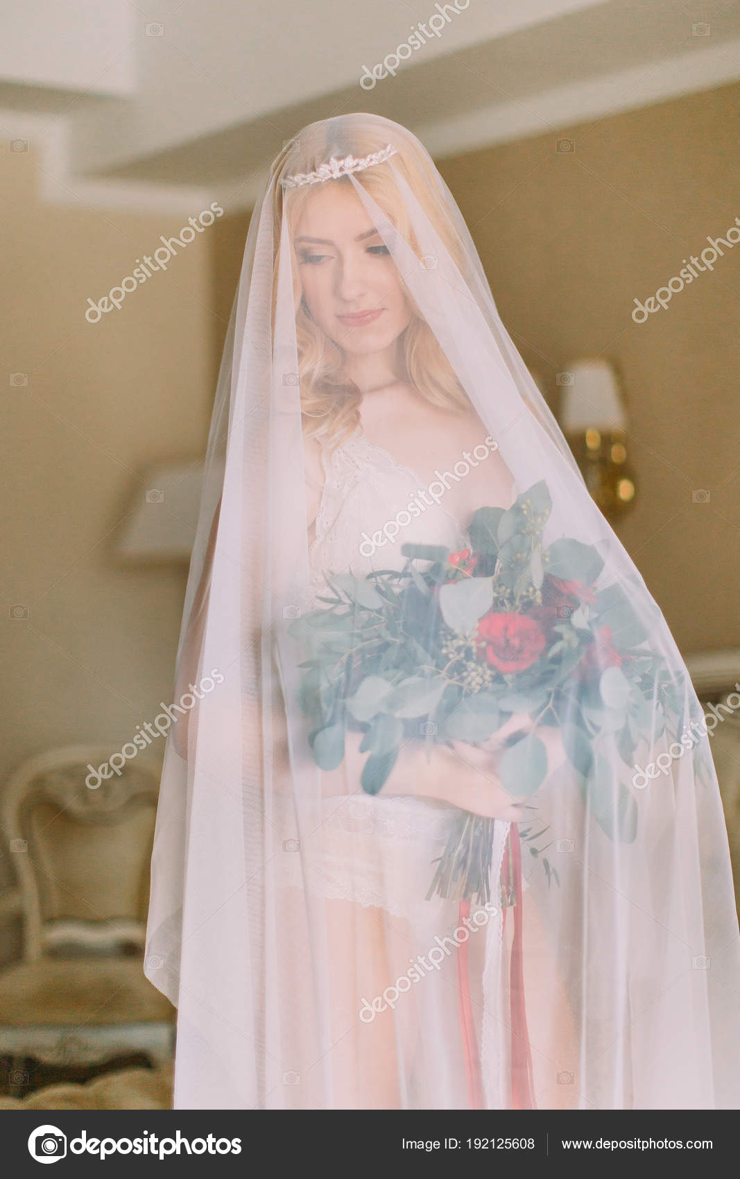 Blonde Braut mit langen Schleier gekleidet in sexy weißen ...