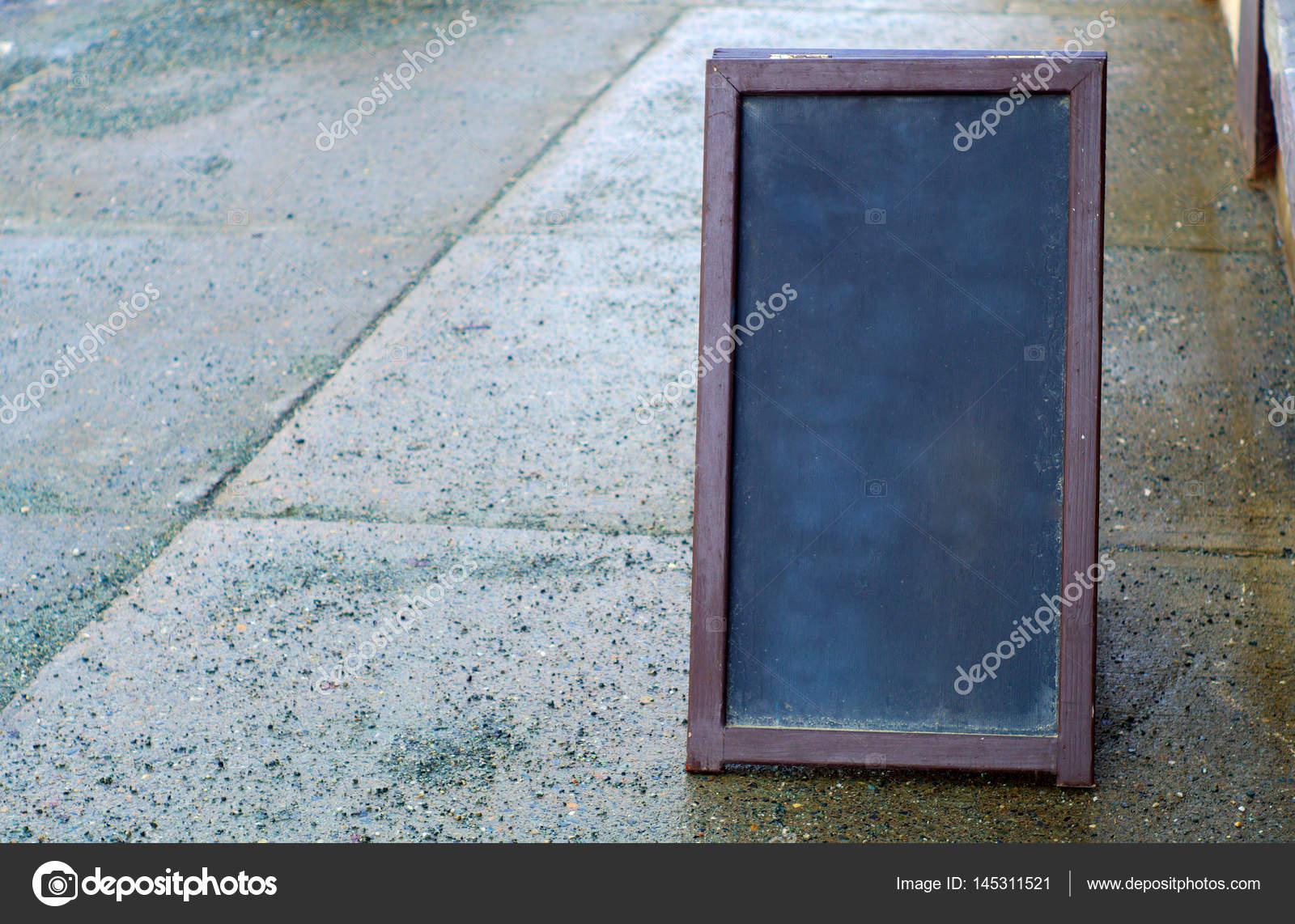 Tafel Menü Holzrahmen außerhalb auf Gehweg Pflaster — Stockfoto ...