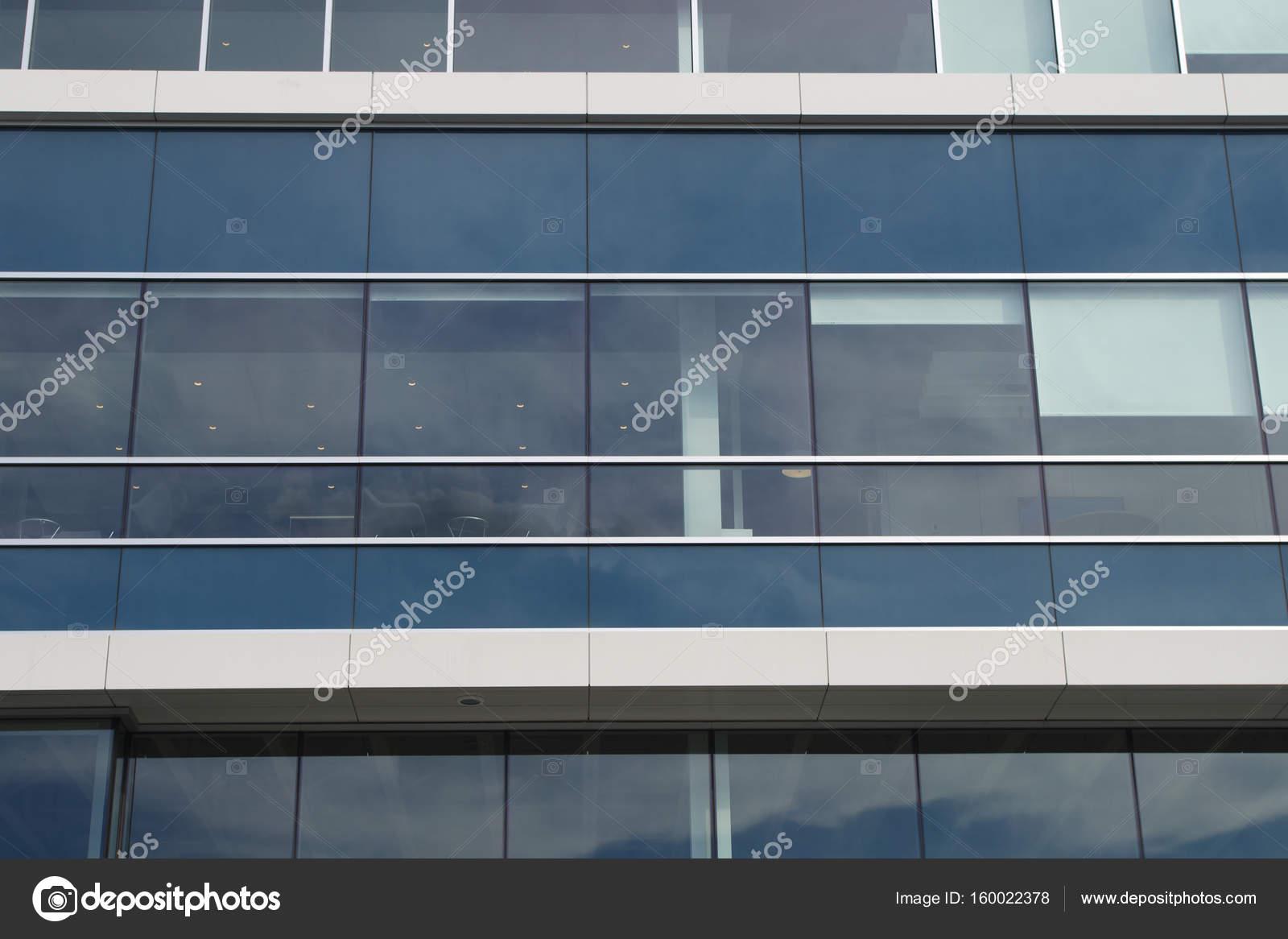 Bureau construction aluminium et verre gris blanc bleu gratte ciel