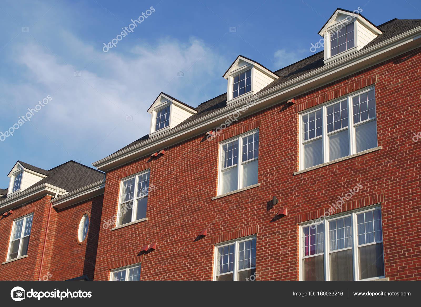 Haus Dach Wohn Dachfenster Dachgaube Rote Wand