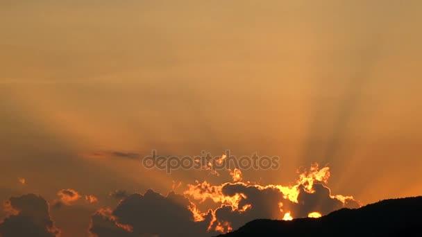 červánky oranžové světlo černé horské krajiny pozadí pro text