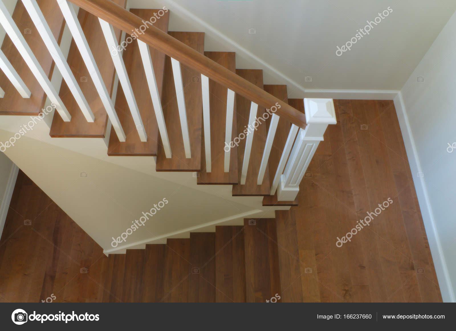 Witte trap interieur klassiek design houten stappen u stockfoto