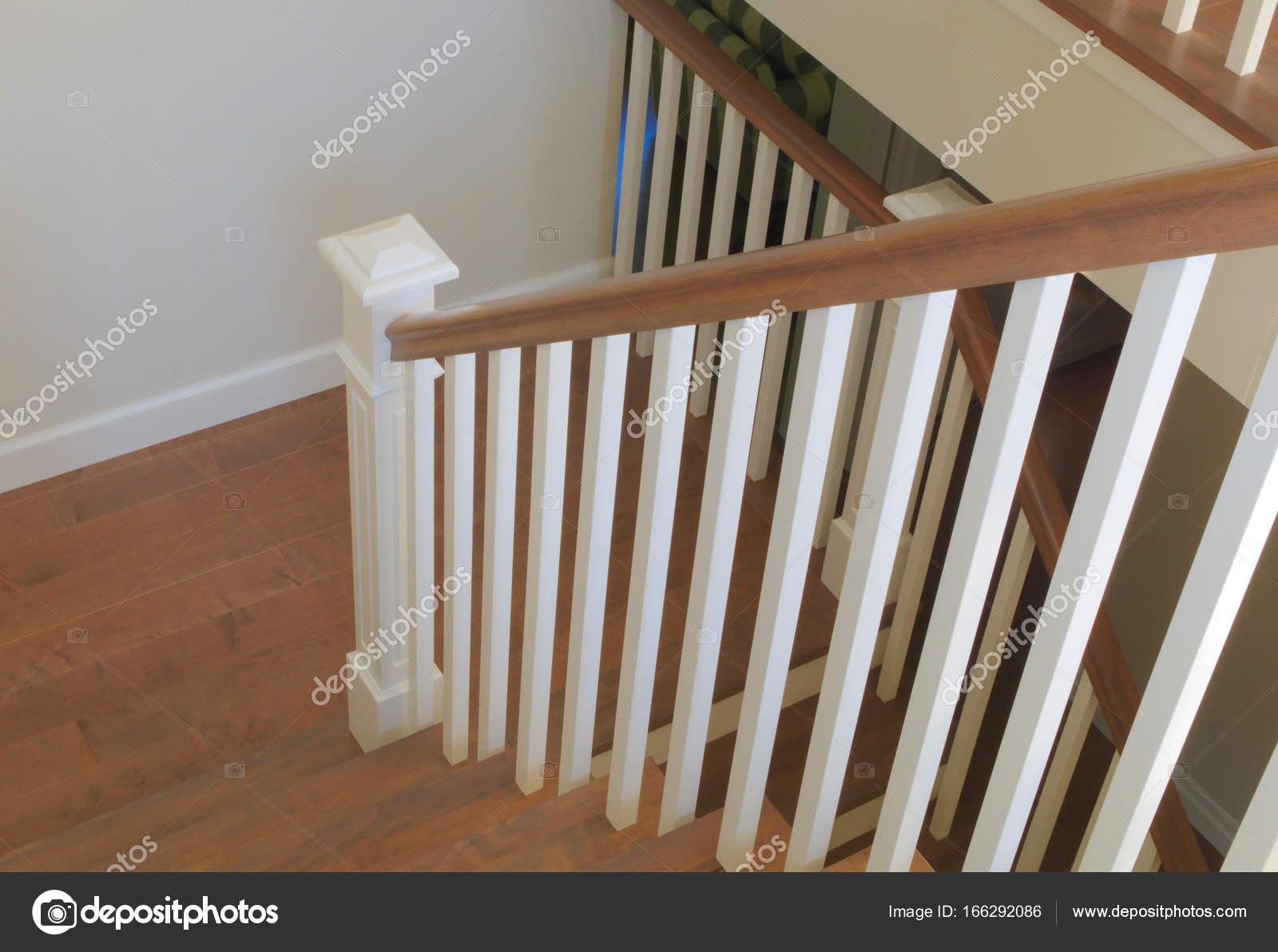 Interieur trappen klassieke houten stijl moderne trap u stockfoto