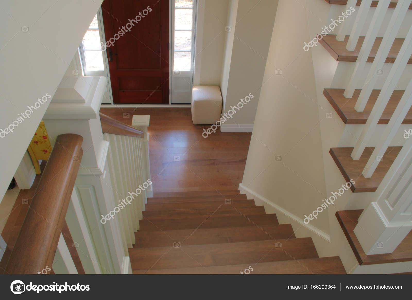 Interieur trap wit hout residentie trap u stockfoto