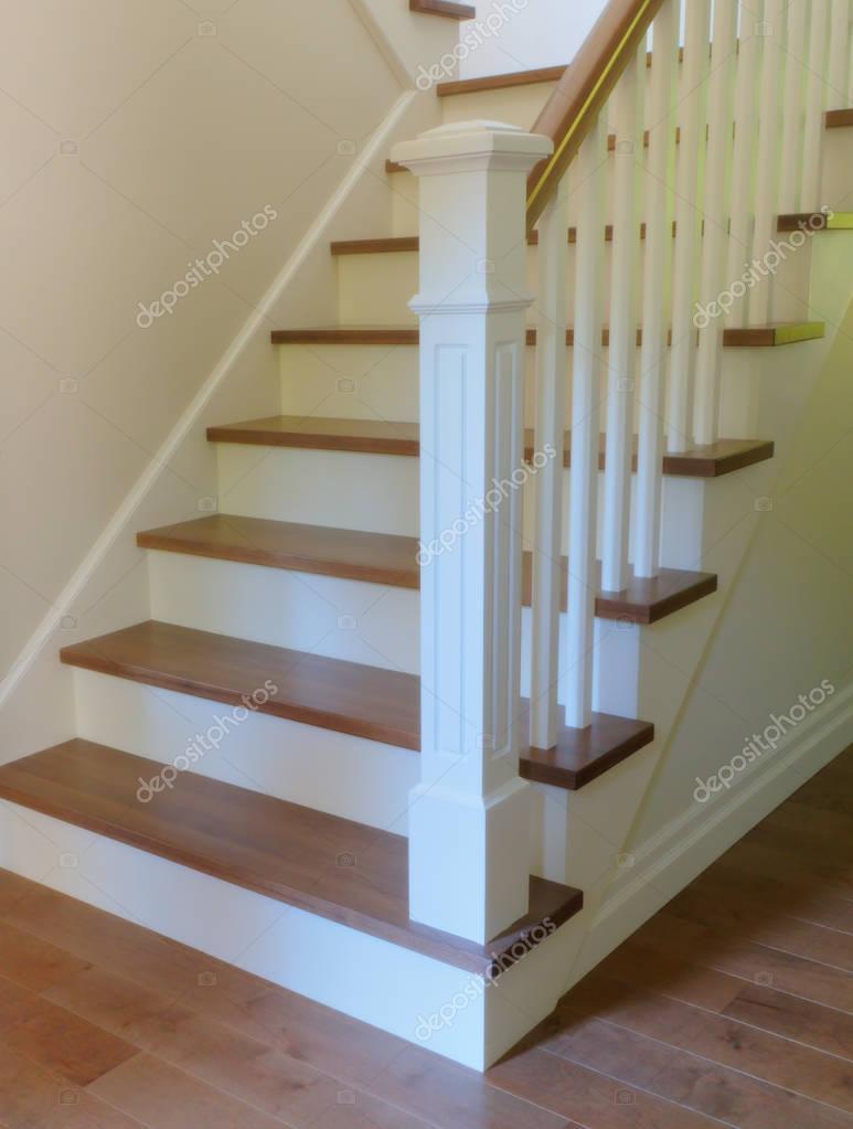 Fotos dise os de escaleras interiores medidas madera de blanco escalera interior de dise o - Medidas de escaleras interiores ...