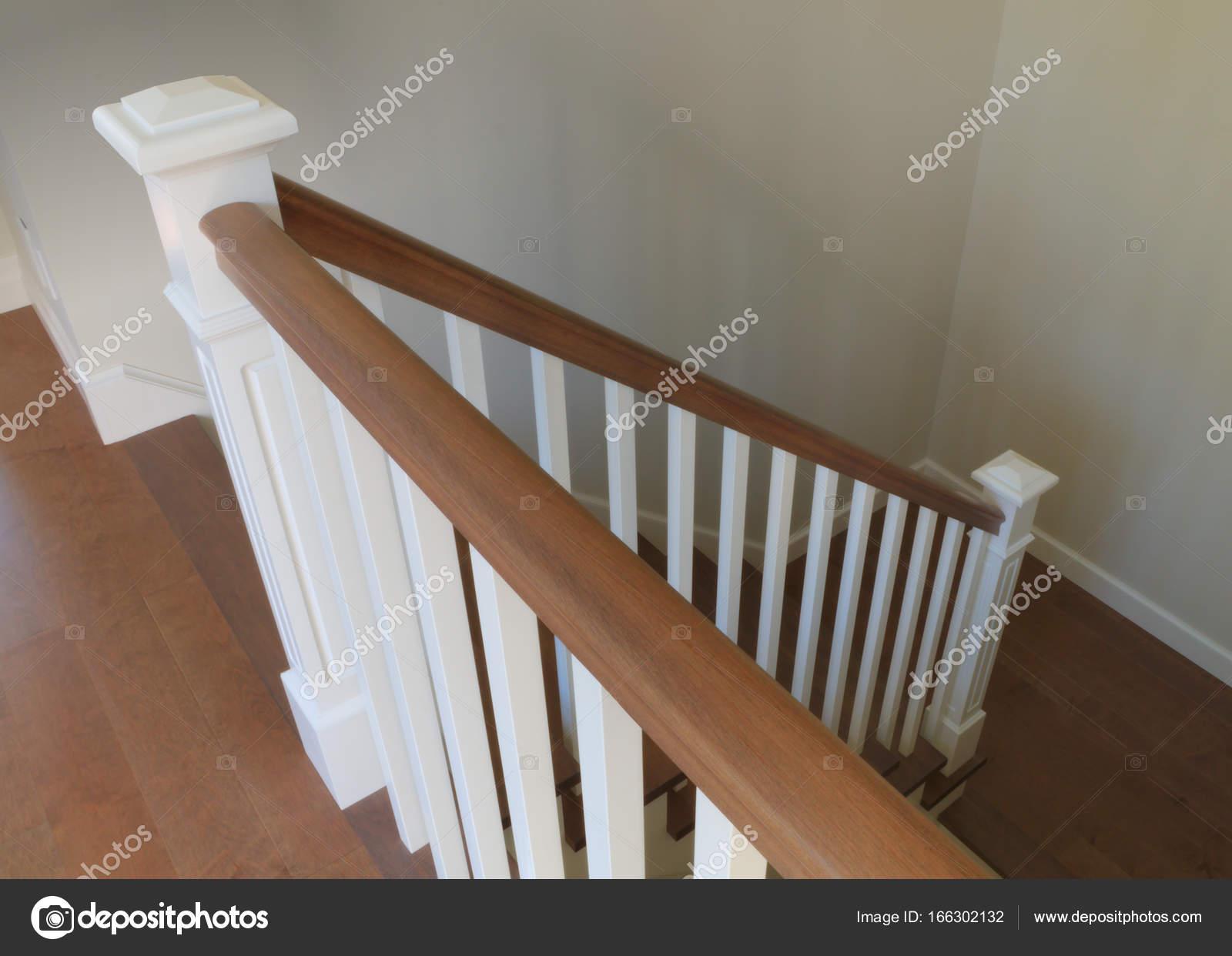 Rampa de escalera blanco interior dise o cl sico pasos madera barandillas foto de stock - Barandillas de madera para interior ...