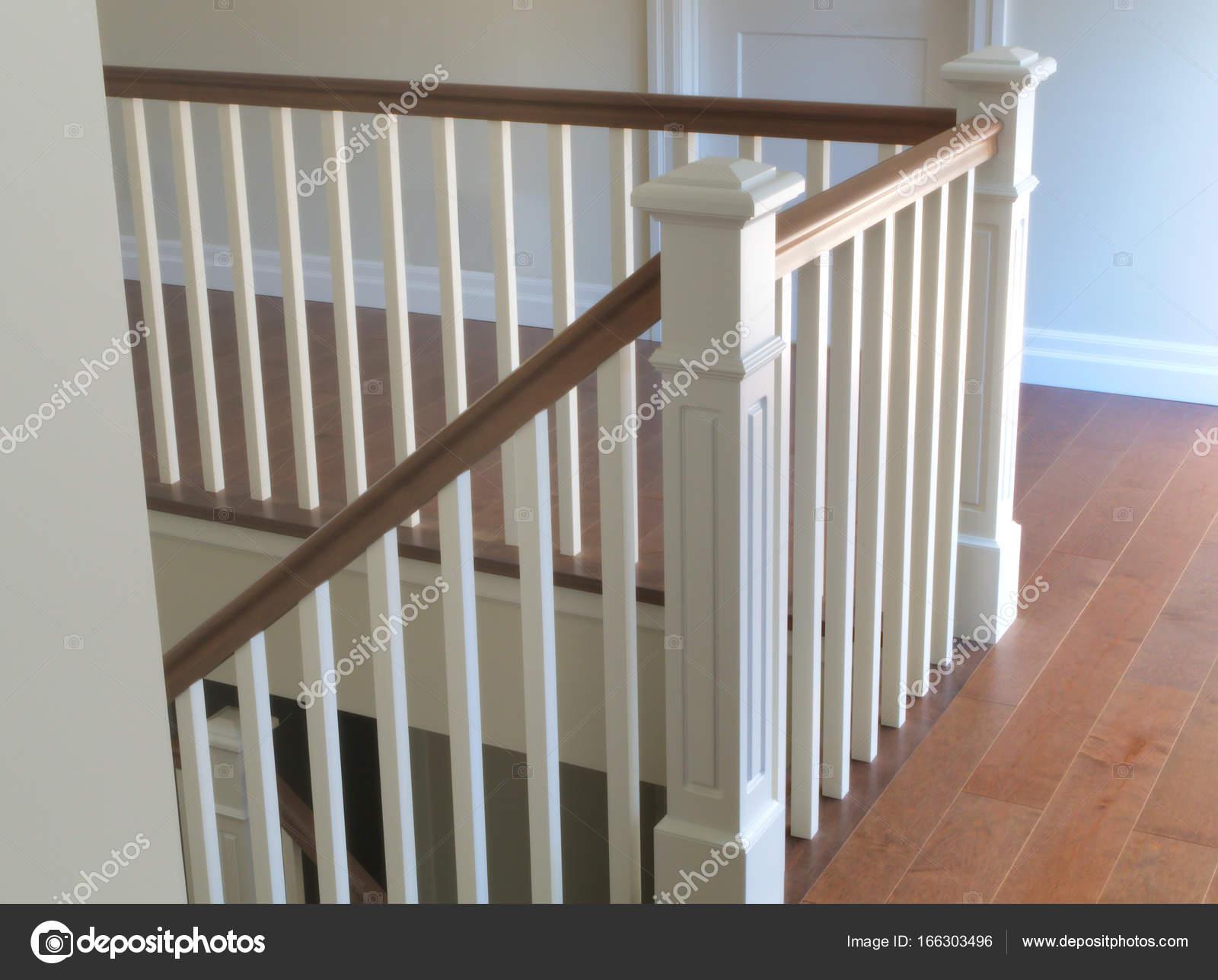 Trap hout wit modern klassieke trappen interieur u stockfoto
