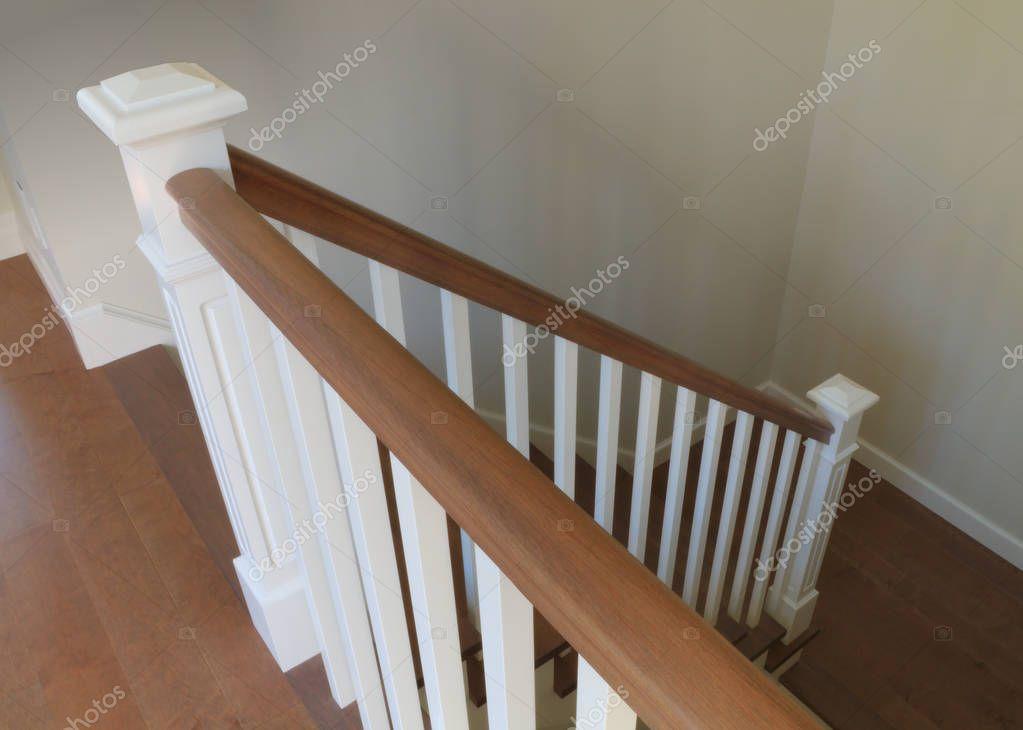 Witte trap interieur klassiek design houten stappen leuningen
