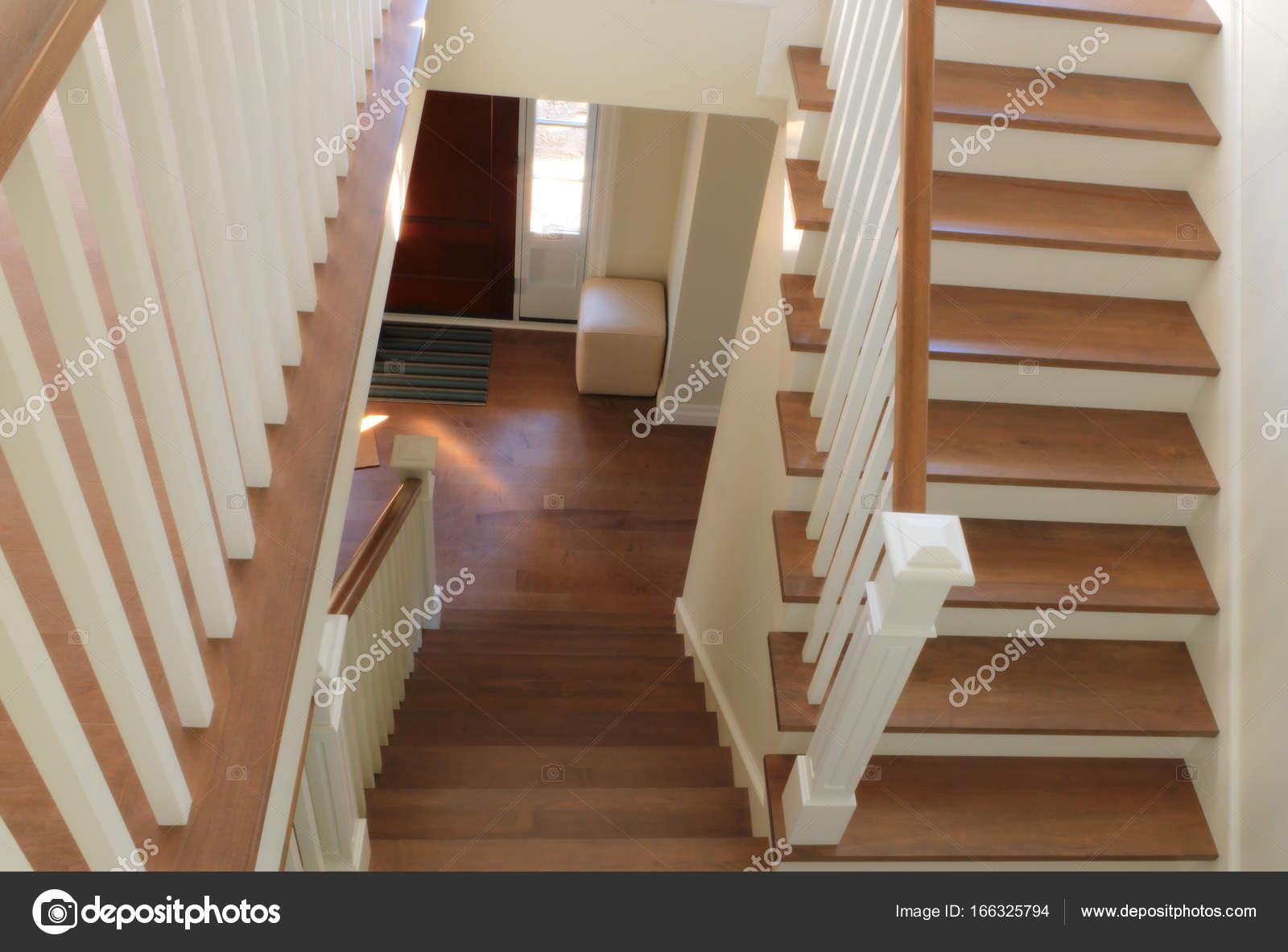 Witte trap hardhout stappen modern klassieke interieur u stockfoto