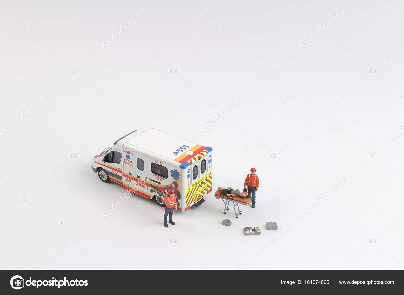 Et Jouet Les Infirmiers Ambulance Comme Voiture De 4j3ARL5q