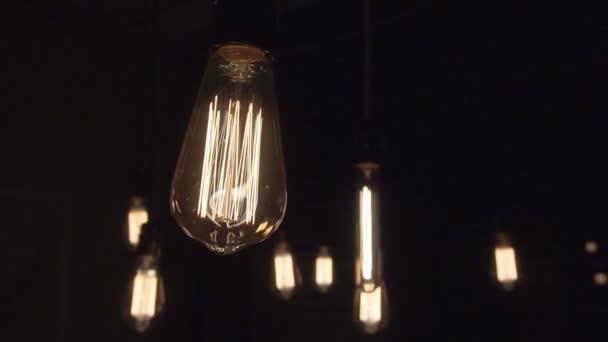 Žárovka, samostatný vlákno záře pomalu blikat