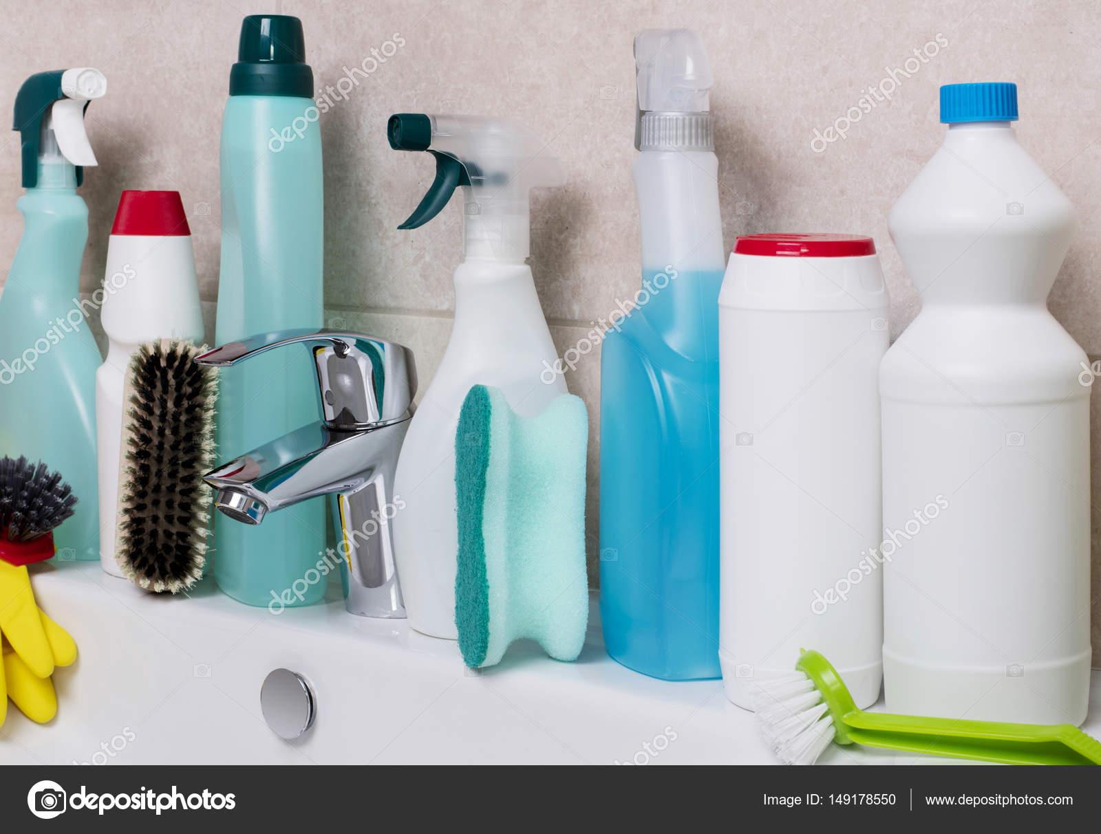 Prodotti per la pulizia in bagno u foto stock goir
