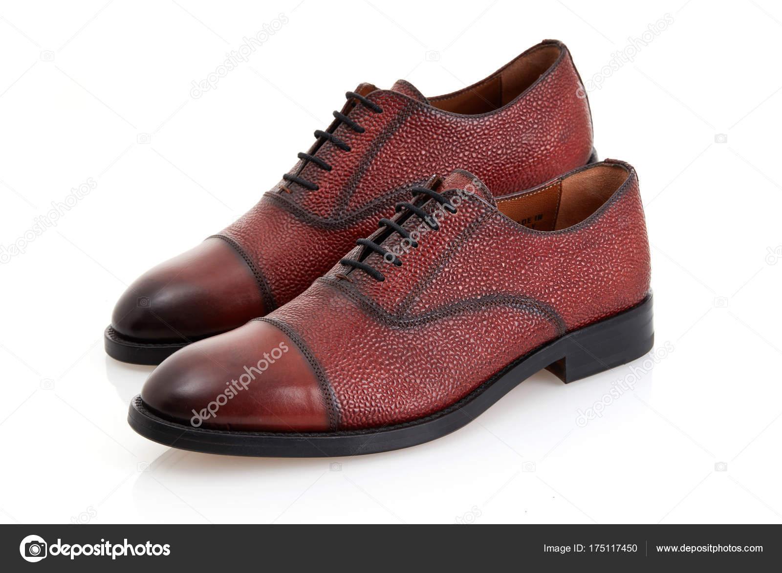 4a88179235 Zapatos de vestir marrón aislados sobre fondo blanco — Foto de ...
