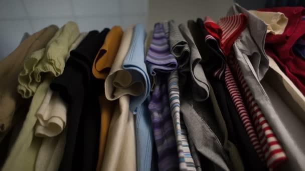 Pánská trička na ramínka v šatníku