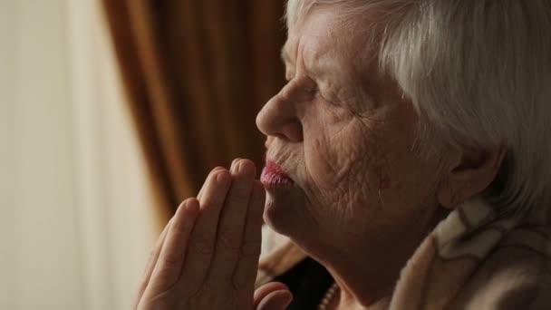 alte Frau betet zu Hause
