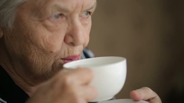 Seniorin mit Tee-Cup