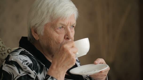 Seniorin genießt einen Tee