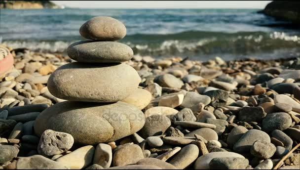 Vyvážený lázeňské kameny na pozadí moře