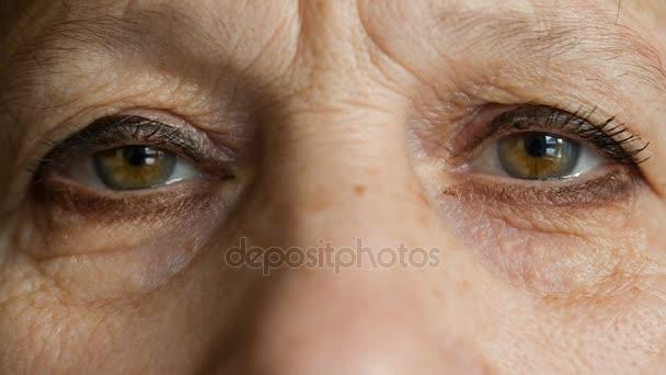 U starších žen podívat na kameru