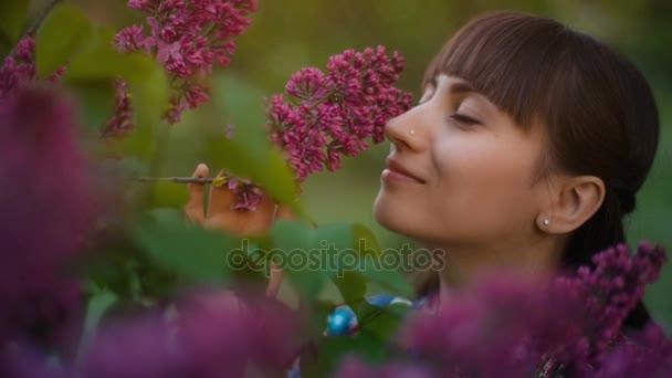 Žena vonící šeřík