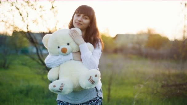 Žena objímá medvídka