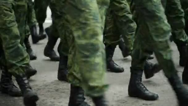 katonák menetelés az utcán