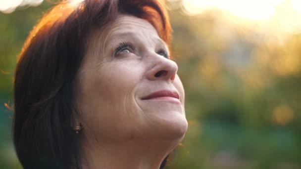 Idős nő néz ki, hogy az ég