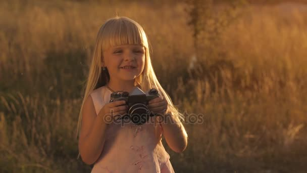 holčička s fotoaparátem