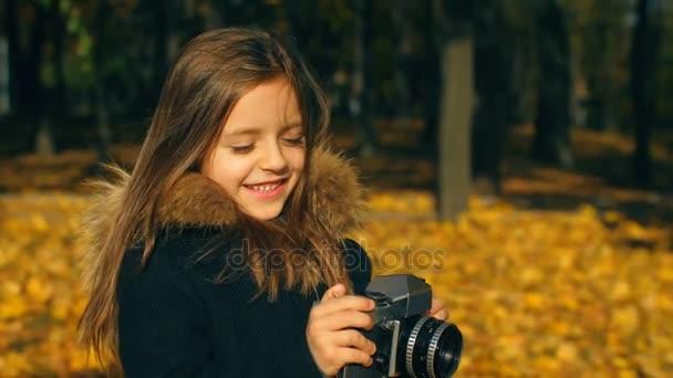 kleines Mädchen mit Kamera