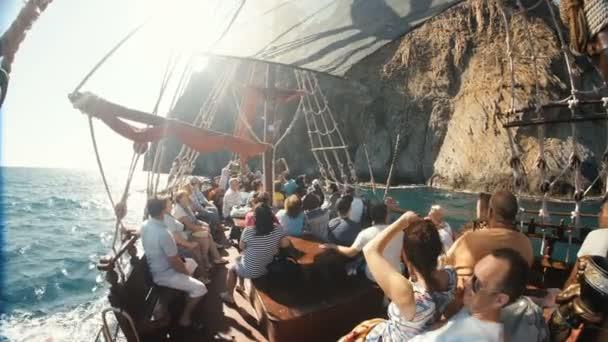 Coctebel, Krym-08 září 2017: Turisté na výletní lodi