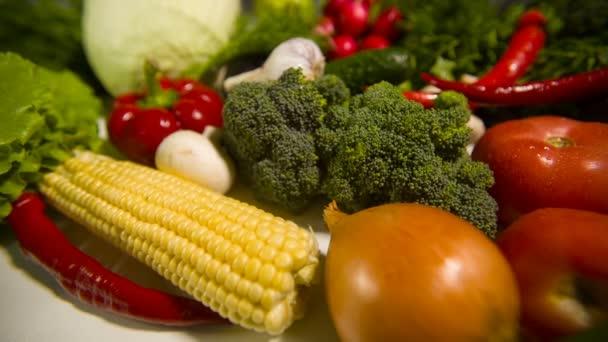 Zöldségek az asztalon