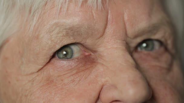 Szemét a régi nő keres egyenes