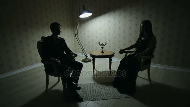 Hombre y mujer en el cuarto oscuro — Vídeo de stock © aj2k.rambler ...