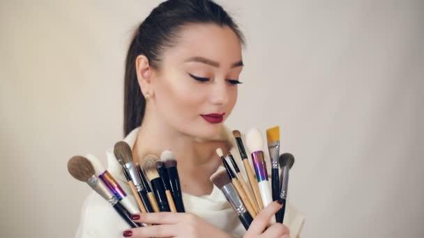 žena drží make-up štětce