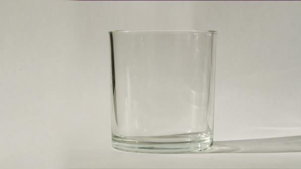 sklenici čerstvé vody