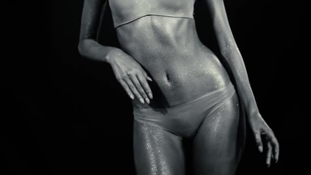 Bauch einer tanzenden Frau mit glühender Haut