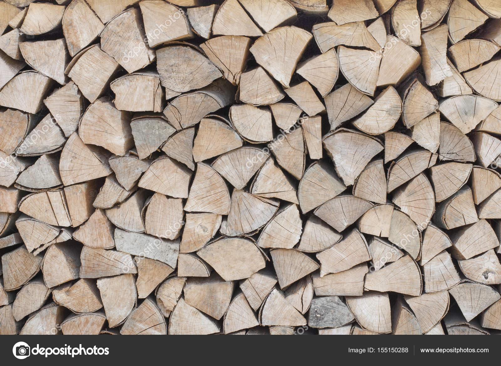 Drewno Opałowe Jest Ułożone W Woodpile Zdjęcie Stockowe