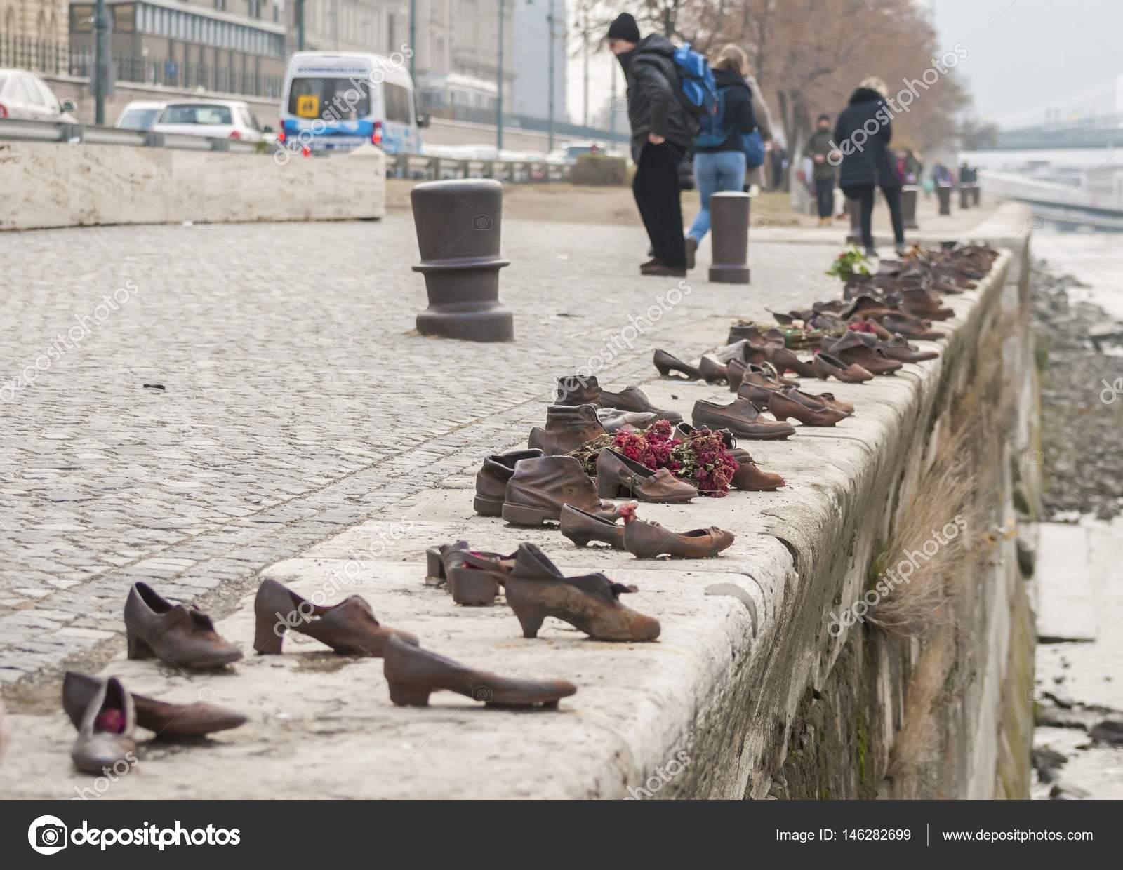 Die Schuhe Am Donauufer Ein Holocaust Mahnmal In Budapest Stock