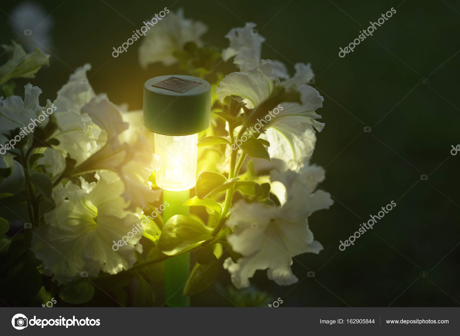 https://st3.depositphotos.com/6239660/16290/i/1600/depositphotos_162905844-stockafbeelding-tuin-verlichting-met-solar-batterij.jpg