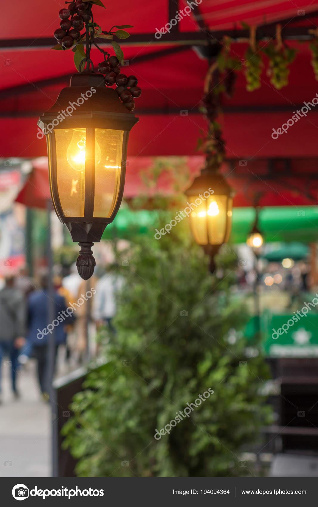 https://st3.depositphotos.com/6239660/19409/i/1600/depositphotos_194094364-stockafbeelding-tuin-verlichting-met-solar-batterij.jpg