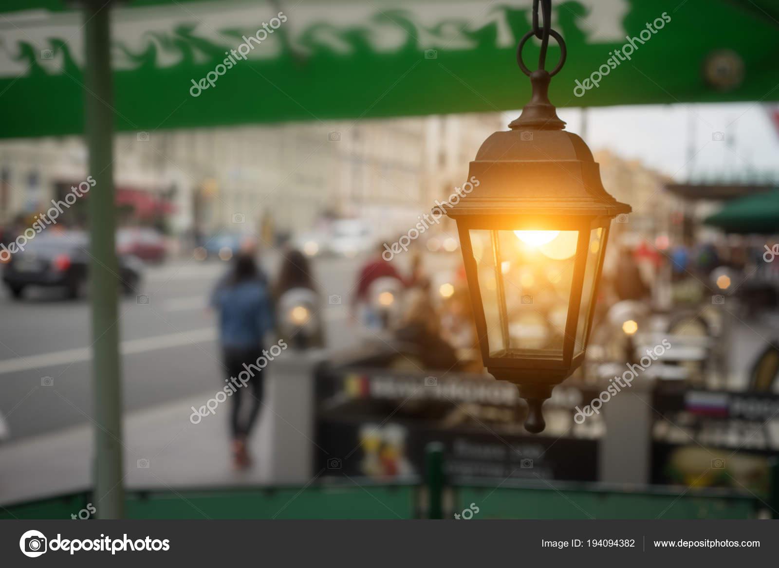 https://st3.depositphotos.com/6239660/19409/i/1600/depositphotos_194094382-stockafbeelding-tuin-verlichting-met-solar-batterij.jpg
