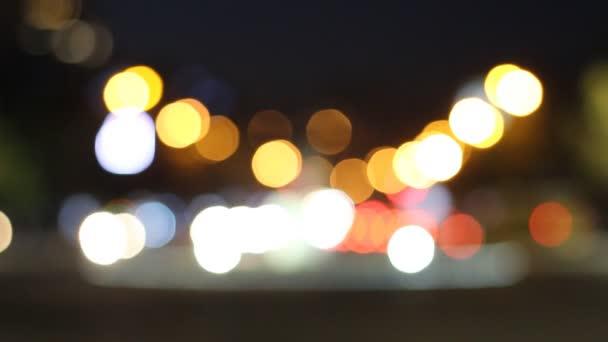 Összpontosít éjszakai város fényeit, és a forgalom háttér. Time lapse videó