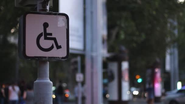 Jele egy fogyatékkal élő ember ült a kerekesszékben, a háttérben a homályos végigkísérnie. Koncepció, ötlet