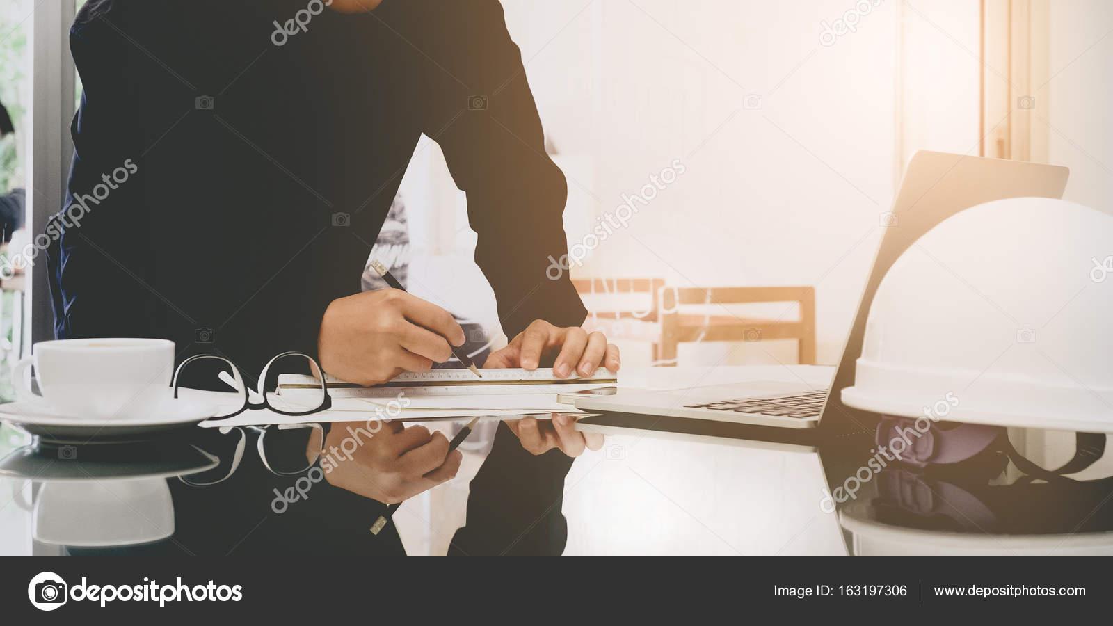 Ufficio Disegno Yoga : Immagine dellingegnere disegno piano sullazzurro stampa in ufficio