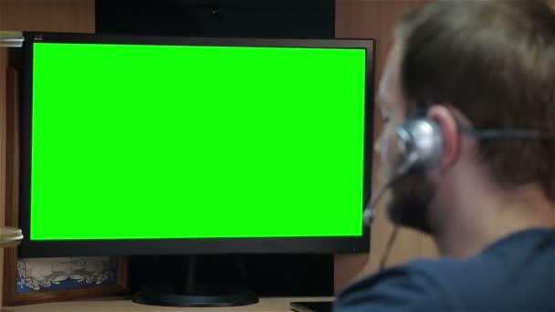 Maschio programmatore lavorare con codice sullo schermo