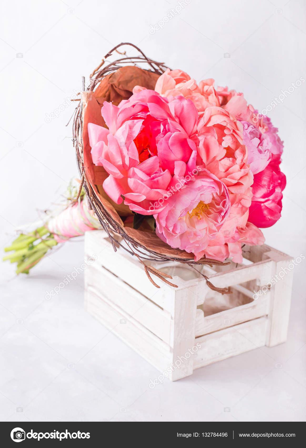 vesennie-buket-s-pionov-v-korobke-novogodnie-buketi-rozami