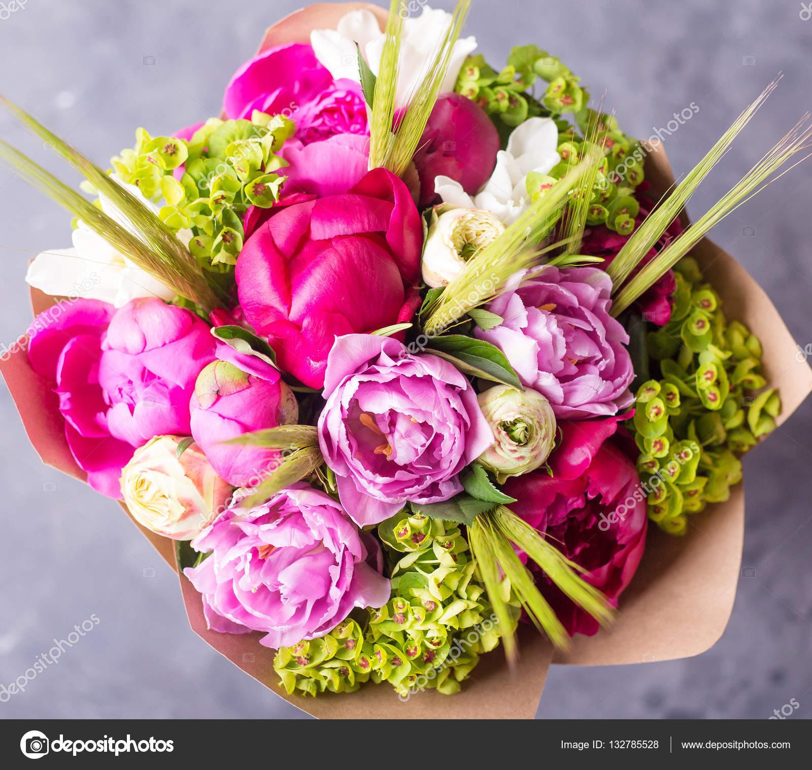 Bouquet de pivoines roses dans la bo te de wodden blanc for Bouquet de fleurs 94